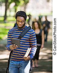campus, używając, student, tabliczka, cyfrowy