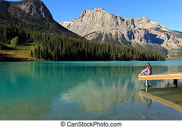 canada, colombie, femme, yoho, national, séance, jeune, britannique, parc, lac, émeraude, jetée