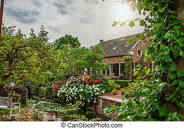 canal, jardin, maison, luxuriant, drimmelen., nuageux, suivant, rustique, fleuri, petit, brique, charmer, jour