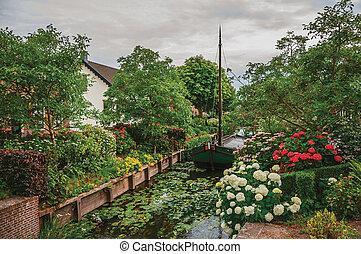 canal, jardin, maison, luxuriant, drimmelen., suivant, rustique, fleuri, petit, charmer, bateau
