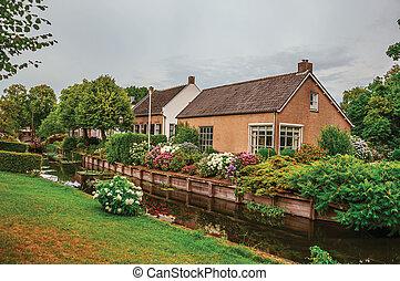 canal, pelouse, jardin, fleuri, luxuriant, drimmelen., nuageux, suivant, rustique, maisons, petit, charmer, jour