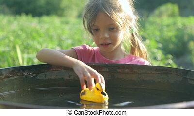 canard, jouet, petite fille, jouer