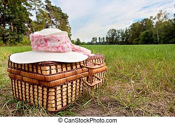 canasta de picnic, con, sombrero de paja