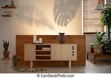 candele, su, legno, armadietto, in, camera letto, interno, con, piante, e, ombre, su, il, wall., reale, foto