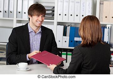 candidato, mujer de negocios, toma, el mirar joven, entrevista