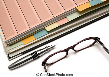 caneta, pasta, óculos