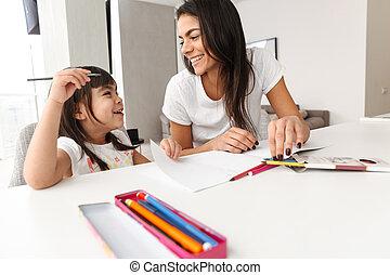 canetas, família, mãe, gastando, criança, junto, tempo, marcador, retrato, sorrindo, quadro, desenho, lar