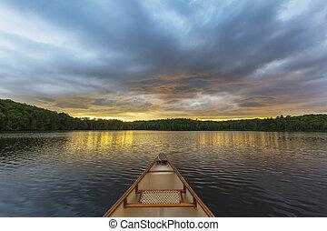 canoa, arco, en, un, canadiense, lago, en, ocaso