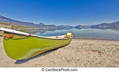 canoa, su, il, riva lago
