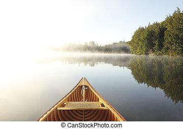 canoeing, auf, a, dunstig, see