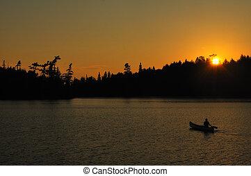 canoeing, hos, solnedgång, på, a, avlägsen, vildmark, insjö