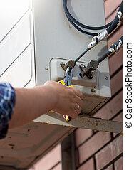 canos, trabalhador, sistema, ar, conectando, Condicionamento,  closeup
