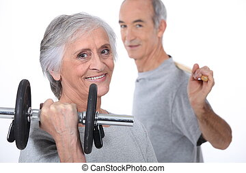 canoso, pareja, levantar pesas