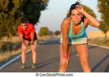 cansado, atletas, después, corriente, duro