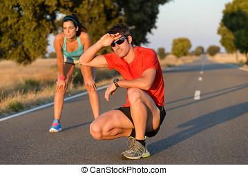cansado, atletas, después, corriente, en, camino