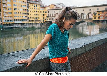 cansado, condición física, mujer, delante de, ponte vecchio, en, florencia, italia