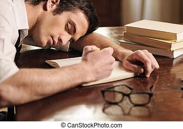 cansado, de, overworking., guapo, joven, autor, sueño, en la mesa, con, un, pluma, en, el suyo, mano