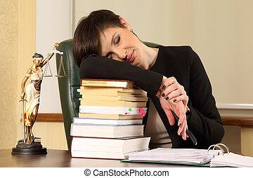 cansado, mujer, abogado, en, la oficina, con, libros, y, documentos