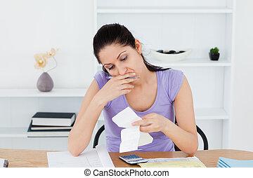 cansado, mulher jovem, fazendo, operação bancária