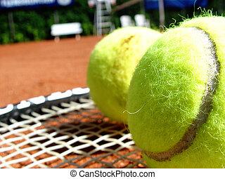 tennis court - balls + racket