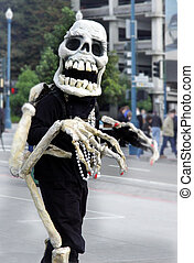 Friendly skeleton - Skeleton waking on the street