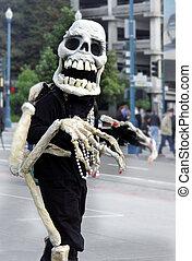 Friendly skeleton - Skeleton waking on the street