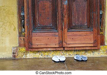 zapatos, puerta