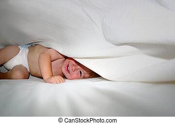 feliz, bebé, juego, debajo, Hojas, Cama
