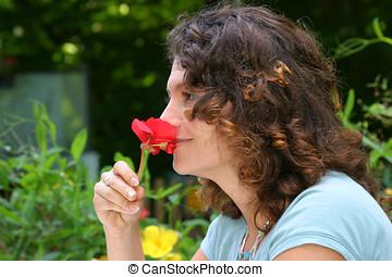 花, においをかぐ