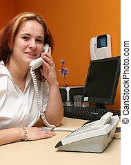 recepcionista, Responder, ella,...