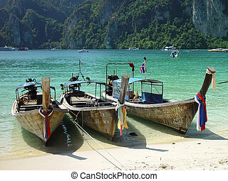 Boats Phi Phi beach - Boats in touristic Phi Phi island,...