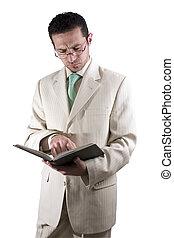 homem negócios, par, glassed, leitura, livro