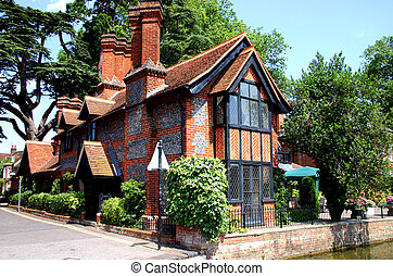 Thames cottage - Traditional riverside brick and flint...