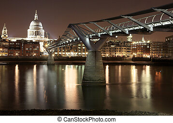 London25 - Cityscape at nighttime in London