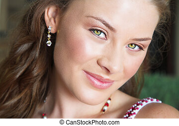 woman\\\'s face close-up - beautiful brunette close-up