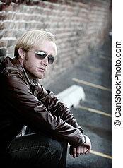 joven, hombre, gafas de sol