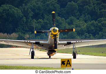 P-51 Mustang Taxiing - P-51 Vintage airplane taxiing