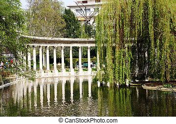 Paris Park Monceau - The lake in the Park Monceau with...