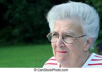 Granportrait 5 - Portrait of smiling senior citizen woman.