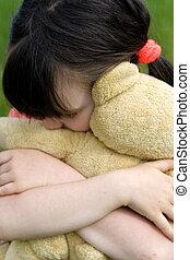 niña, oso, abrazos
