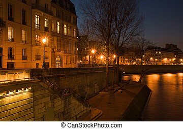 Le quai de Bourbon - Le quai de Bourbon at dusk in...