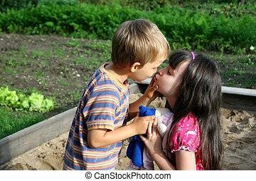 beijando, crianças