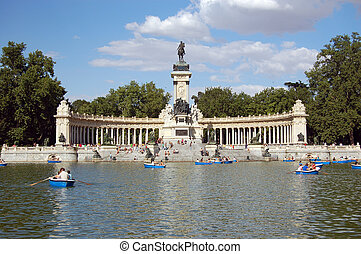 Retiro\\\'s Park Lake, Madrid - boat on the lake, Sunday in...