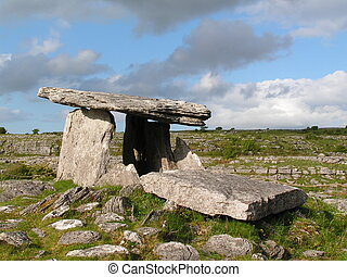 Ancient tomb. - Ancient megalithic tomb in Ireland,...