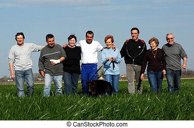 friends in field - groupe of friends in a field