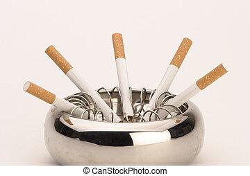 Cinzeiro, cigarros