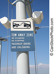 tow away zone sign - A tow away zone sign at an airport in...