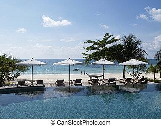 Tafel stoelen parasol tropische strand beelden en stock foto 39 s 211 tafel stoelen parasol - Houten strand zwembad ...