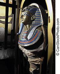Tutankhamen\\\'s Mummy - Burial sacrophagus found in...