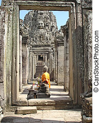 Yellow buddha, The Bayon, Angkor Tom, Cambodgia - Yellow...